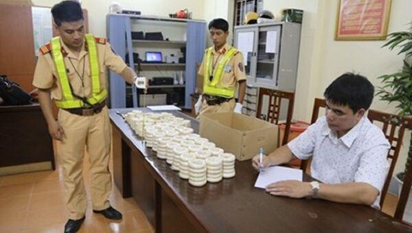 CSGT kiểm tra, thu giữ số sản phẩm nghi chế tác từ ngà voi và đối tượng Sầm Việt Cương khai nhận hành vi của mình - Sputnik Việt Nam