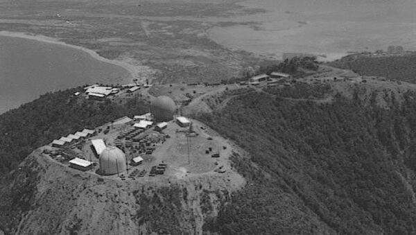 Đơn vị kiểm soát đường không Lính thủy đánh bộ Mỹ số 4 đóng quân trên bán đảo Sơn Trà gần Đà Nẵng. Thành phố Đà Nẵng và sân bay có thể được nhìn thấy trong nền ảnh. Mái che radar màu xám là radar cảnh giới và kiểm soát không lưu tầm xa AN / TPS-22 và mái vòm màu trắng ở phía trước là radar cảnh giới AN / TPS-34. - Sputnik Việt Nam