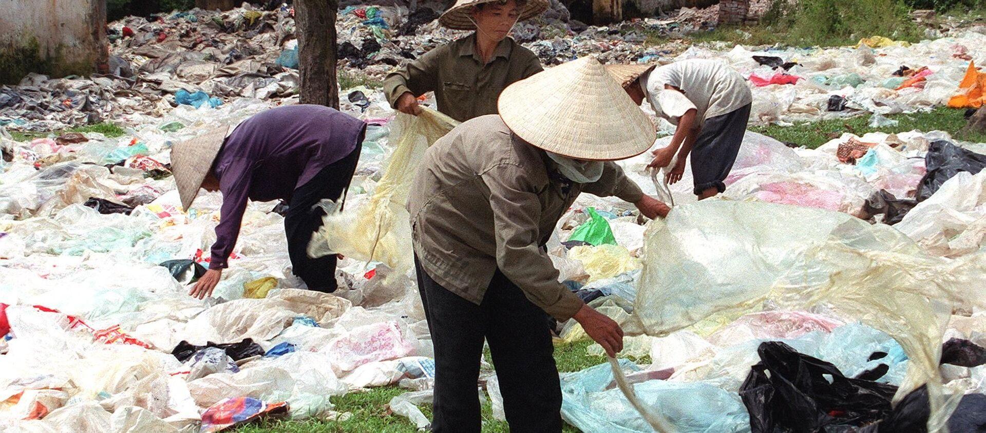 Thu thập túi nhựa trong đô thị bán cho nhà máy chế biến nhựa, Việt Nam - Sputnik Việt Nam, 1920, 07.01.2021