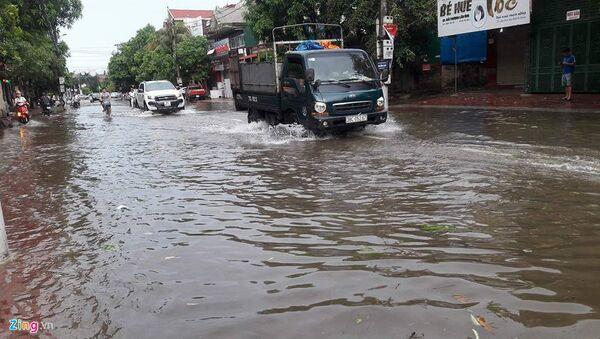 Mưa lớn gần 250 mm khiến một số tuyến đường tại Hà Tĩnh bị ngập. - Sputnik Việt Nam
