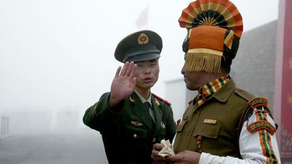 Hai quân nhân Trung Quốc và Ấn Độ - Sputnik Việt Nam