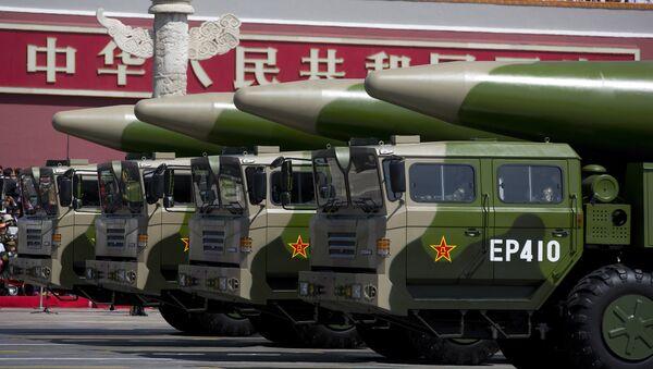 Xe quân sự mang tên lửa đạn đạo DF-26 lái qua cổng Thiên An Môn trong cuộc diễu hành quân sự tại Quảng trường Thiên An Môn ở Bắc Kinh vào ngày 3 tháng 9 năm 2015, để kỷ niệm 70 năm chiến thắng Nhật Bản và kết thúc Thế chiến II - Sputnik Việt Nam