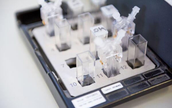 Các nhà nghiên cứu khoa học NUST MISiS tiến hành thí nghiệm - Sputnik Việt Nam
