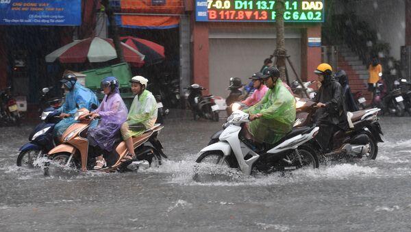 Người đi xe máy ở Hà Nội bị ngập nước do bão nhiệt đới Talas - Sputnik Việt Nam