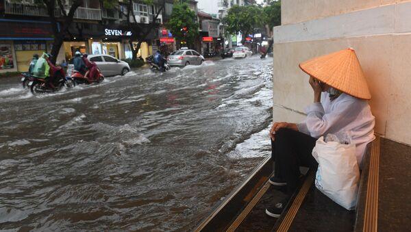 Đường phố Hà Nội bị ngập lụt do bão nhiệt đới Talas - Sputnik Việt Nam