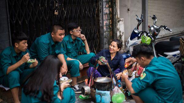 Những người giao hàng chuyện trò chờ nhận đơn hàng, Hà Nội - Sputnik Việt Nam