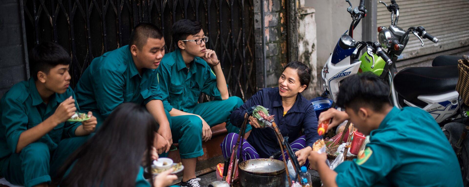 Những người giao hàng chuyện trò chờ nhận đơn hàng, Hà Nội - Sputnik Việt Nam, 1920, 19.12.2017