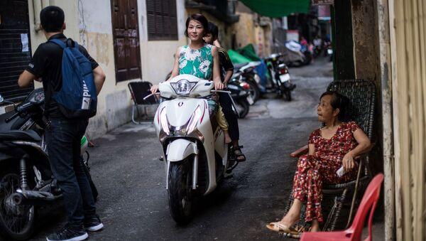 Cô gái đi xe máy trên một phố cổ Hà Nội - Sputnik Việt Nam