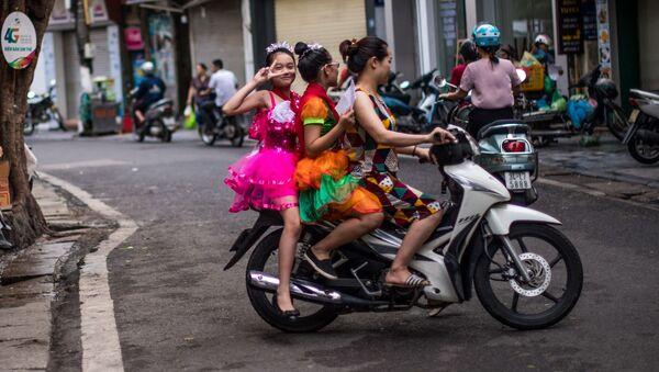 Tạo dáng trên xe máy, Hà Nội - Sputnik Việt Nam