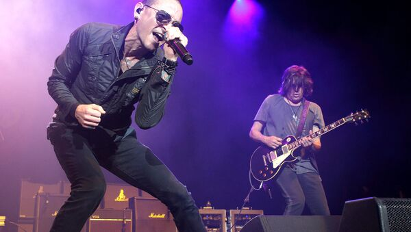 Chester Bennington, left, and Dean DeLeo of the band Stone Temple Pilots perform in concert during the MMRBQ Music Festival 2015 at the Susquehanna Bank Center on Saturday, May 16, 2015, in Camden, N.J. - Sputnik Việt Nam