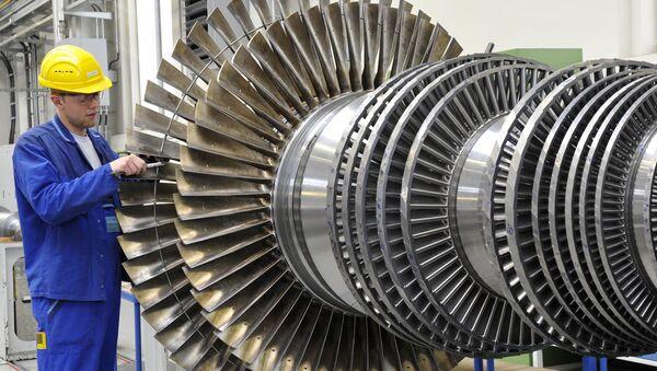 Рабочий у турбины на заводе Siemens в Германии - Sputnik Việt Nam