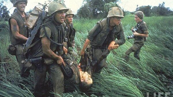 Binh lính Mỹ mang xác một đồng đội ra máy bay trực thăng để chuyển về sân bay quốc tế Đà Nẵng hoặc Sài Gòn để được đưa về Mỹ. Gần như toàn bộ binh lính Mỹ thiệt mạng trong chiến tranh Việt Nam đều được đưa về Mỹ, trừ những người mất tích hoặc mất xác. - Sputnik Việt Nam