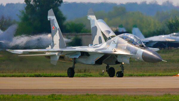 Su-30 MK fighter plane on the runway - Sputnik Việt Nam