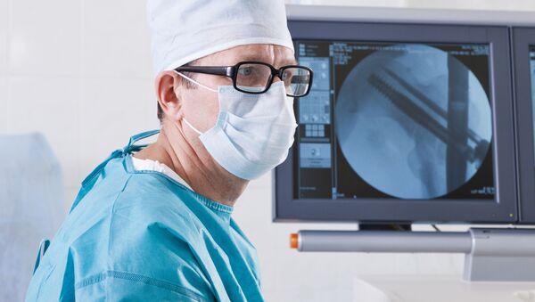 Врач в больнице напротив монитора с рентгеновским снимком - Sputnik Việt Nam