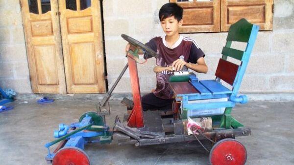Lê Thiên Ân bên chiếc xe điện tự chế của mình - Sputnik Việt Nam