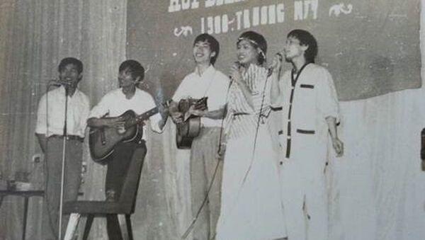 Ngũ ca của Khoa Toán - Cơ MGU năm xưa hát Dân ca 3 miền Bắc - Trung - Nam. Lê Bá Khánh Trình ôm đàn guitar ở giữa. - Sputnik Việt Nam