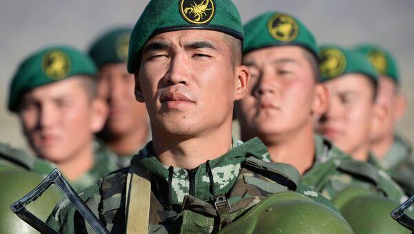 Военнослужащие армии Киргизии во время совместных тактических учений коллективных сил быстрого реагирования государств-членов ОДКБ Рубеж-2016 в Киргизии - Sputnik Việt Nam