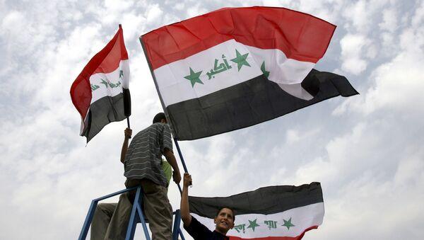 Юноши держат иракские флаги - Sputnik Việt Nam