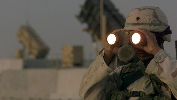 US soldier uses a pair of binoculars to scans the landscape around his Patriot Missiles based at Al Udeid AB, Qatar - Sputnik Việt Nam