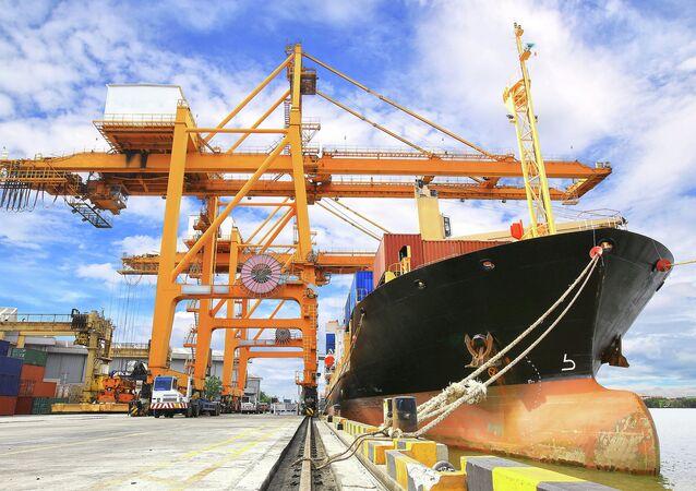 Chất container lên tàu vận tải hàng