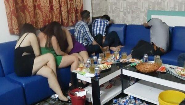 Công an TP.HCM phát hiện nhiều tiếp viên nữ thoát y phục vụ khách ở nhà hàng trên địa bàn quận Bình Tân. - Sputnik Việt Nam