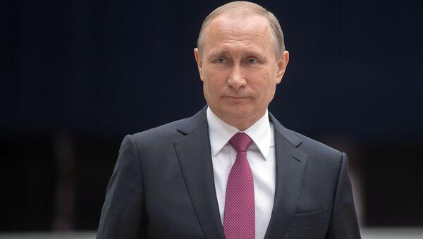 Президент РФ Владимир Путин отвечает на вопросы журналистов после ежегодной специальной программы Прямая линия с Владимиром Путиным в Гостином дворе - Sputnik Việt Nam
