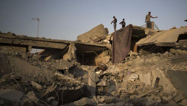 Сирийцы среди разрушенных зданий на западе Мосула - Sputnik Việt Nam