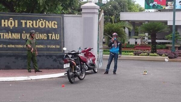 Phương đứng trước cổng Hội trường Thành ủy Vũng Tàu sau đó quậy phá - Sputnik Việt Nam