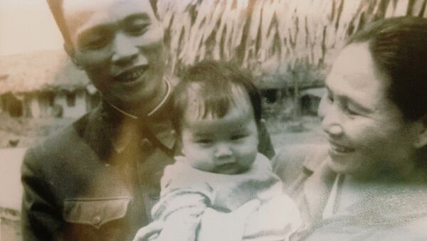 Thiếu tướng Phan Khắc Hy và bác sĩ Nguyễn Thị Ngọc Lan chụp ảnh cùng 1 trong ba người con. - Sputnik Việt Nam