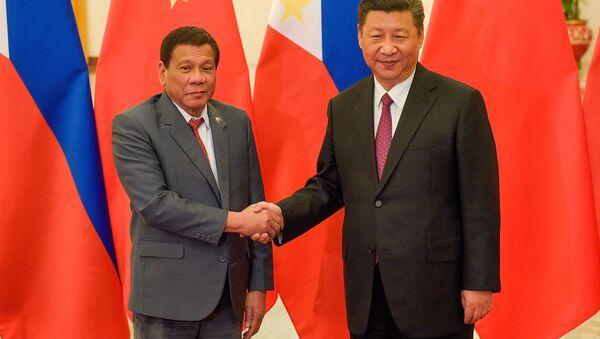 Tổng thống Philippines Rodrigo Duterte và Chủ tịch Trung Quốc Tập Cận Bình - Sputnik Việt Nam