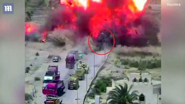 Video xe tăng Ai Cập nghiền nát xe bom cứu dân thường - Sputnik Việt Nam