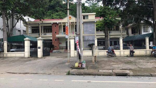 Tòa án nhân dân huyện Kỳ Sơn - nơi ông Th. công tác và nhận hối lộ bị cảnh sát bắt giữ. - Sputnik Việt Nam