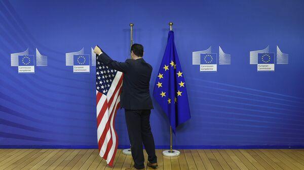 US- und EU-Flaggen im EU-Standort in Brüssel vor einem bilateralen Treffen (Archivbild) - Sputnik Việt Nam
