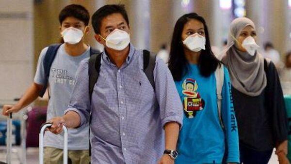 Du khách đeo khẩu trang bảo hộ tại sân bay quốc tế Seoul, Hàn Quốc - Sputnik Việt Nam