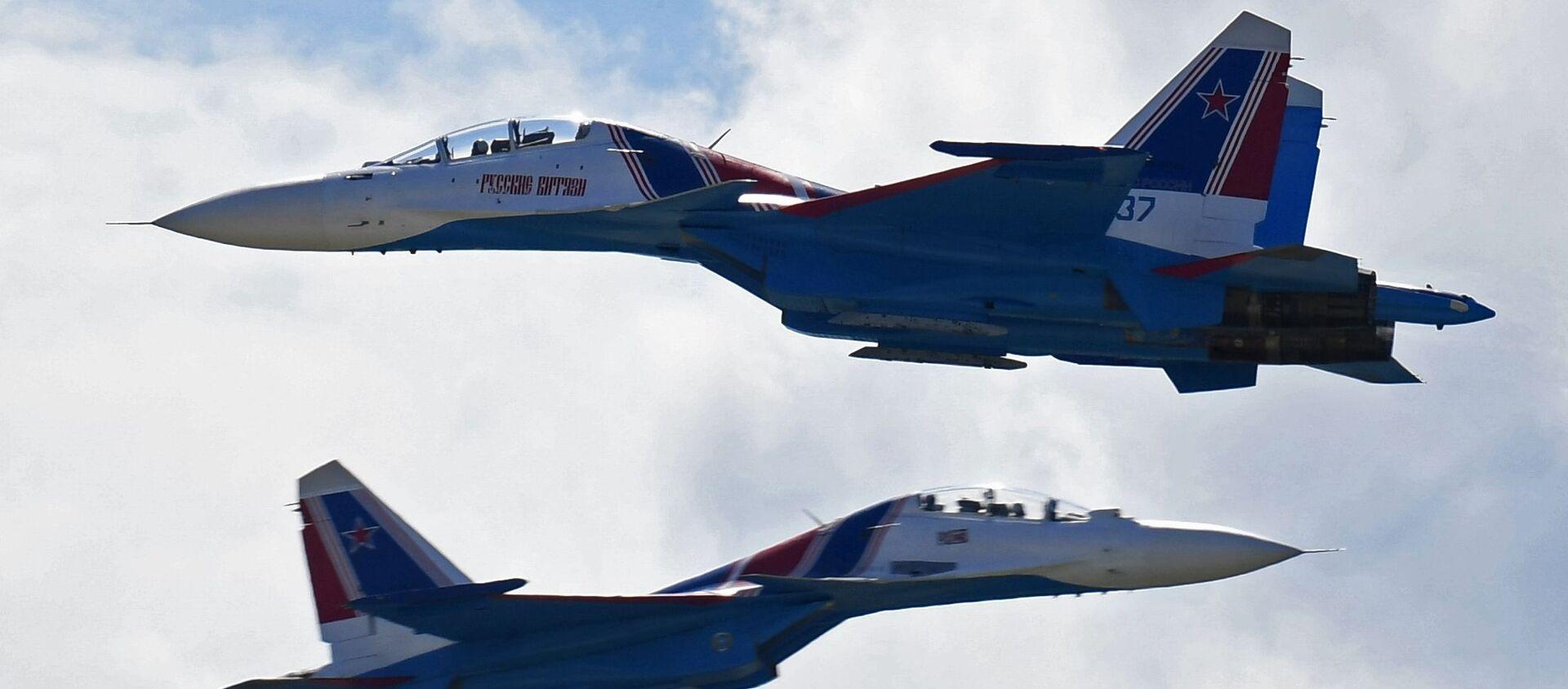 Các tiêm kích Su-30SM của đội nhào lộn Tráng sĩ Nga tại Triển lãm-Hội chợ MAKS-2017 ở Zhukovsky. - Sputnik Việt Nam, 1920, 08.09.2020
