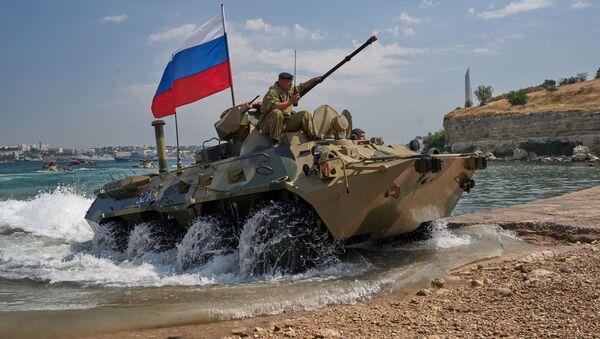 Sevastopol. Xe vận tải bọc thép của thủy quân lục chiến Hạm đội Biển Đen BTR 82A trong cuộc tổng duyệt chương trình biểu diễn quân sự cho Ngày Hải quân Nga. - Sputnik Việt Nam