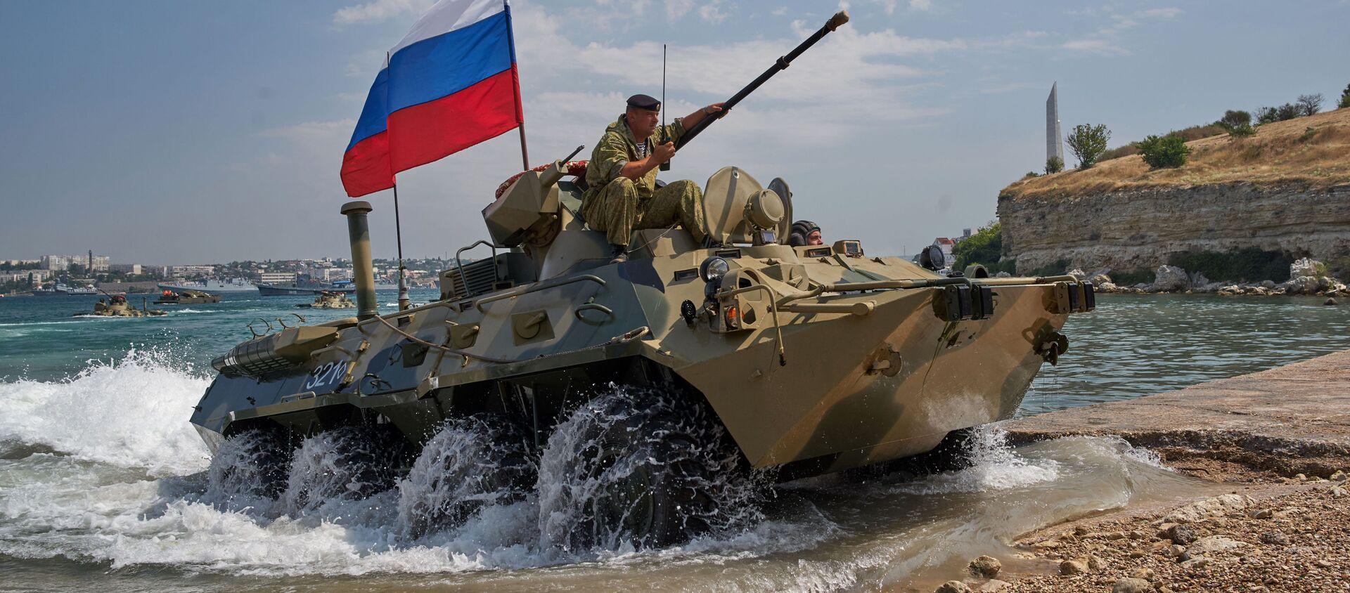 Sevastopol. Xe vận tải bọc thép của thủy quân lục chiến Hạm đội Biển Đen BTR 82A trong cuộc tổng duyệt chương trình biểu diễn quân sự cho Ngày Hải quân Nga. - Sputnik Việt Nam, 1920, 02.08.2018