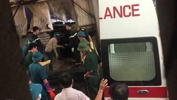 Lực lượng chức năng đưa thi thể nạn nhân ra khỏi hiện trường. - Sputnik Việt Nam