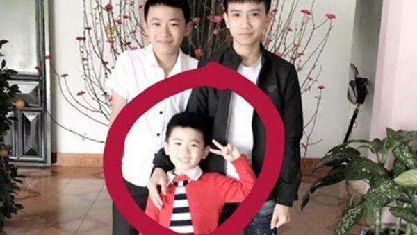 Bé Nghĩa (vòng tròn đỏ) mất tích khi đang chơi ở sân nhà. - Sputnik Việt Nam