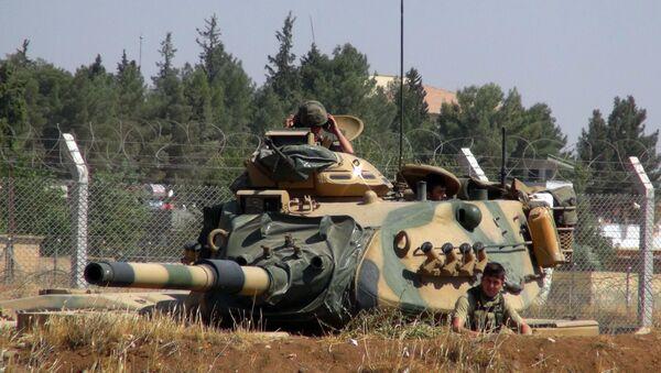 A Turkish army tank stationed near the Syrian border, in Suruc, Turkey, Saturday, Sept. 3, 2016. - Sputnik Việt Nam