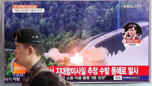 A South Korean soldier walks past a TV broadcast of a news report on North Korea firing what appeared to be several land-to-ship missiles off its east coast, at a railway station in Seoul, South Korea, June 8, 2017. - Sputnik Việt Nam