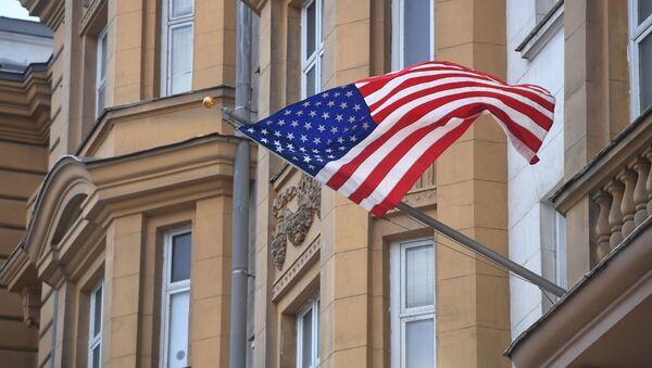 Quốc cờ Mỹ trên tòa nhà Đại sứ quán Mỹ tại Moskva - Sputnik Việt Nam