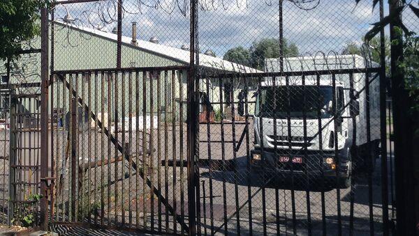 Xe tải biển số ngoại giao chuyển đồ đạc ra khỏi nhà kho đại sứ quán Mỹ ở nam Moskva - Sputnik Việt Nam