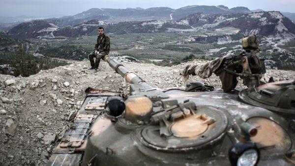 Lính tăng của quân đội chính phủ Syria trên vị trí tại tỉnh Latakia, gần biên giới Thổ Nhĩ Kỳ. - Sputnik Việt Nam