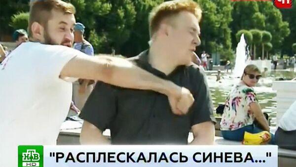 Ngày lực lượng dù tại Moskva: Người say rượu hành hung phóng viên đang tác nghiệp (Video) - Sputnik Việt Nam
