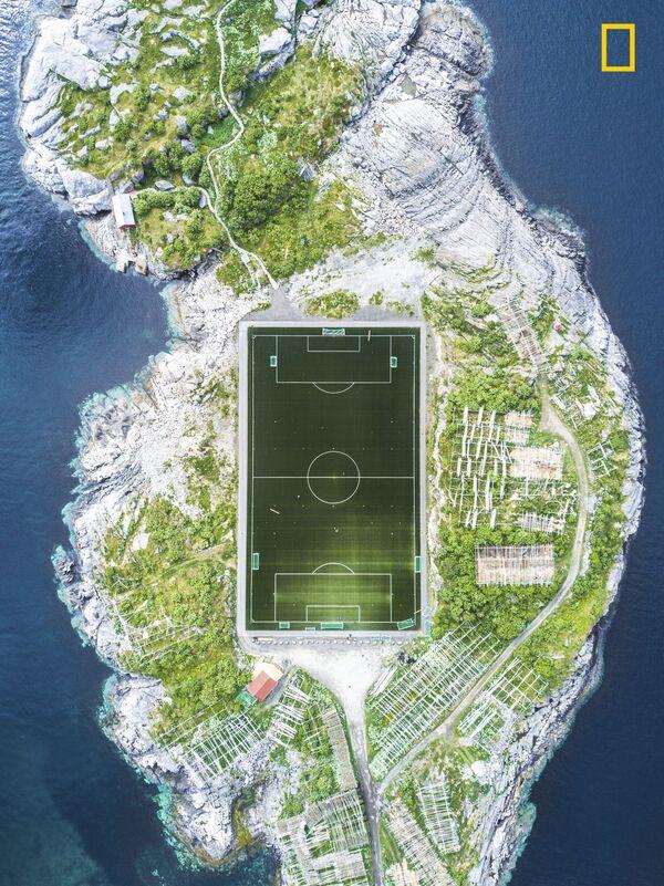 """Misha De-Stroyev. Henningsvær Football Field.  Giải 3 trong hạng mục """"Thành phố"""" - Sputnik Việt Nam"""