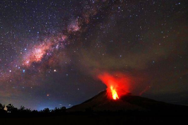 Indonesia. Đợt phún xuất của hỏa diệm sơn Sinabung. - Sputnik Việt Nam