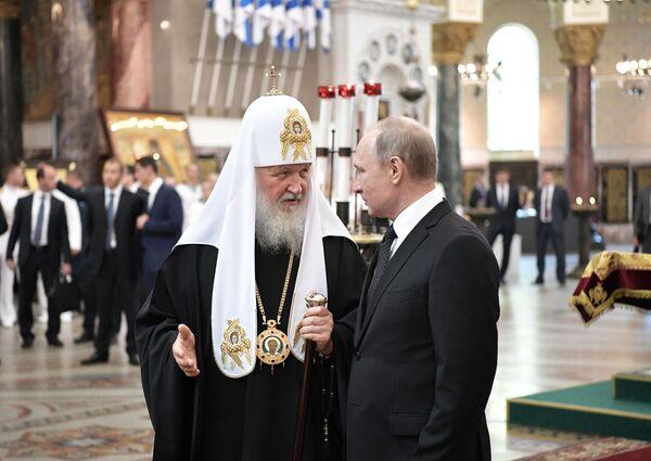 Đại Giáo chủ Matxcơva và toàn Nga Kirill cùng Tổng thống Nga Vladimir Putin trong chuyến thăm Nhà thờ St. Nikolskiy ở thành phố Kronstadt (căn cứ chính của Hạm đội Baltic LB Nga) vào Ngày Hải quân - Sputnik Việt Nam