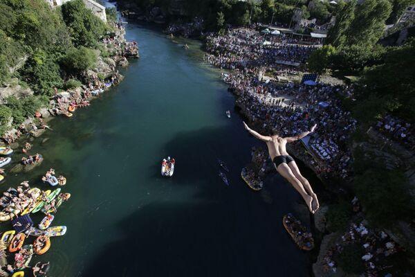 Bosnia và Herzegovina. Thành phố Mostar. Trong lễ hội thường niên ...cú nhảy từ cây cầu. - Sputnik Việt Nam