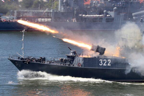 30 tháng Bảy. Nga. Thành phố Baltiysk. Chiến hạm cỡ nhỏ chống tàu ngầm của Hạm đội Baltic thực hiện cuộc bắn thao diễn trong lễ kỷ niệm Ngày hội của Hải quân Nga. - Sputnik Việt Nam